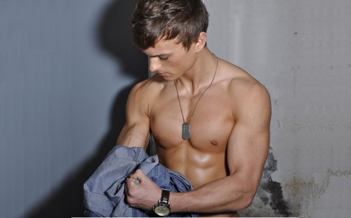 Sexy model Patryk removes his shirt to show off his muscles!