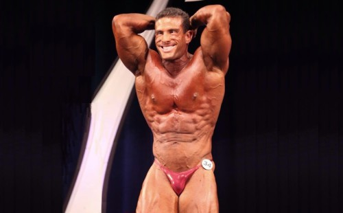 Fine bulge pushed out by bodybuilder in pink posers!